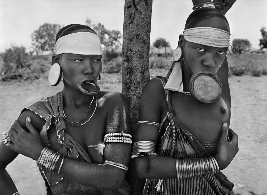 Les femmes mursi et surma sont les dernières femmes à plateaux au monde. Village mursi de Dargui, Parc national de Mago, près de Jinka, Éthiopie, 2007