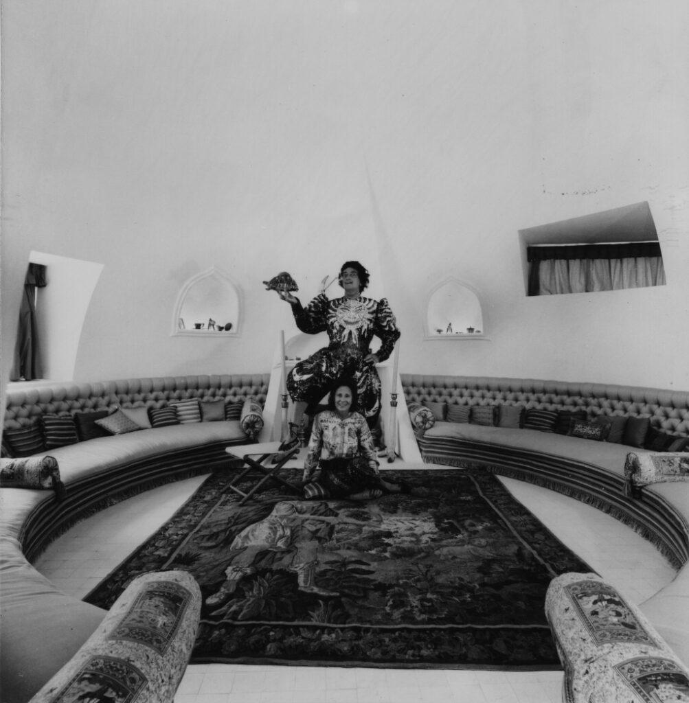 Photographie Fundació Gala-Salvador Dalí, Oriol Maspons, Salvador Dalí et Gala dans le salon ovale de Portlligat, 1961