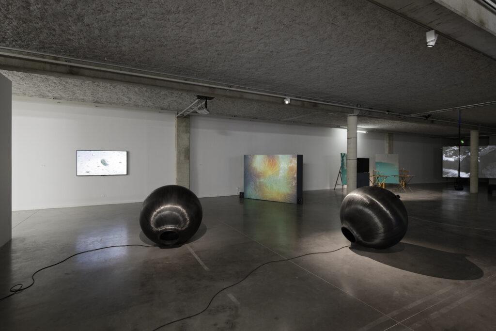 Exposition La mesure du monde'', vue de l'exposition au Mrac, Sérignan dont l'oeuvre de Stéphane Sautour, Konstructio Puhäänellinen. 2 résonateurs carbone , 2019.