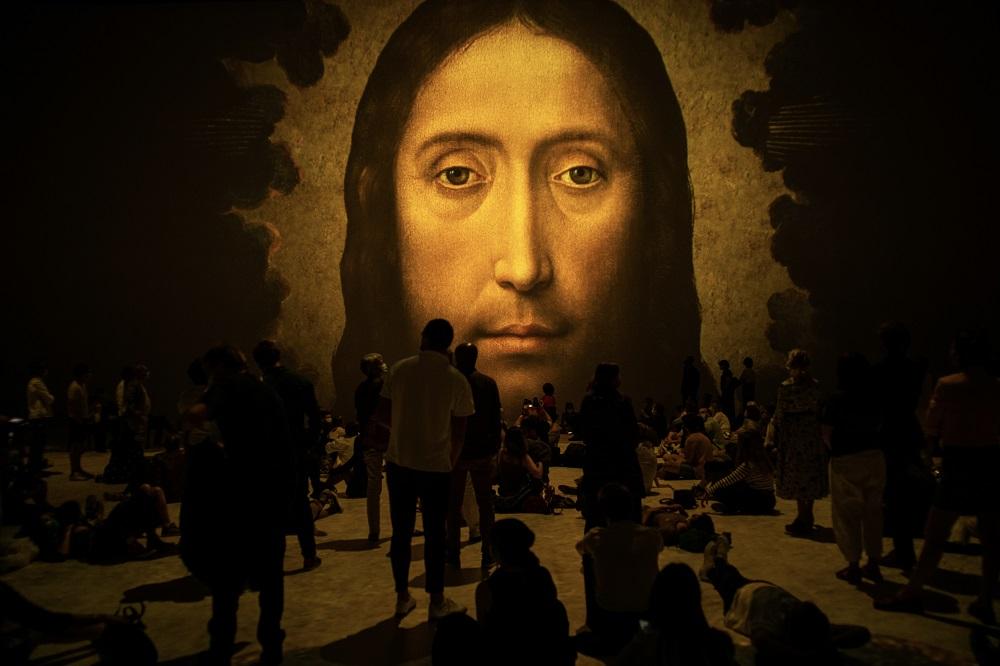 Le Christ regarde le public