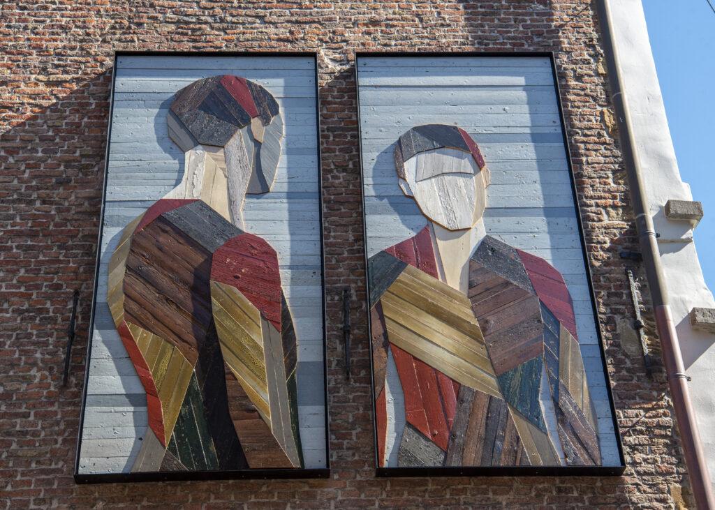 Silhouettes serrées du street-artiste Strook, face à la cathédrale Saint-Bavon