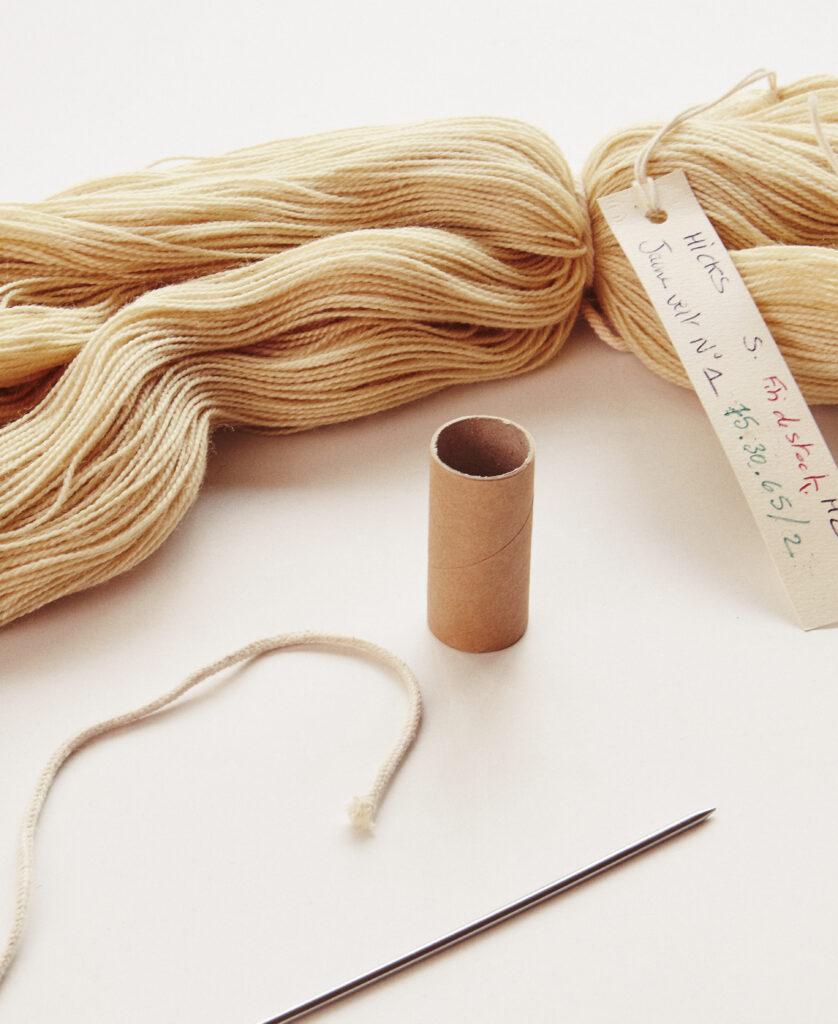 Détail d'une pelote de laine de Sheila Hicks