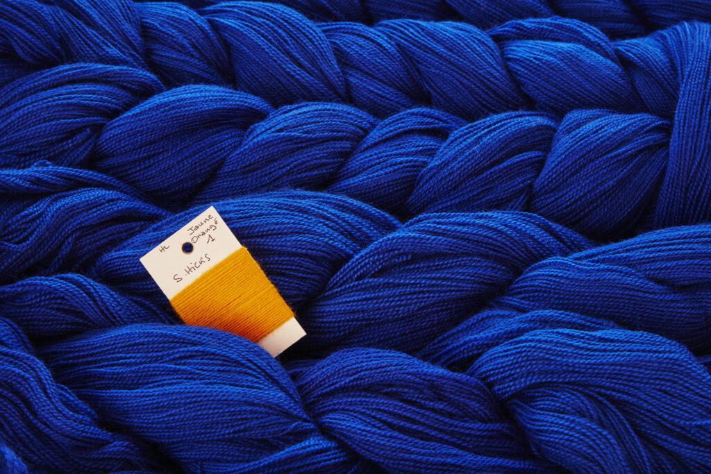 Détail des laines tressées de Sheila Hicks