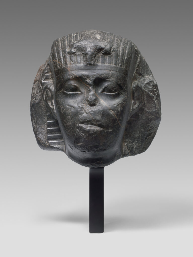 Tête d'un pharaon attribuée à Apriès (589-570 av. J.‐C.), XXVIe dynastie