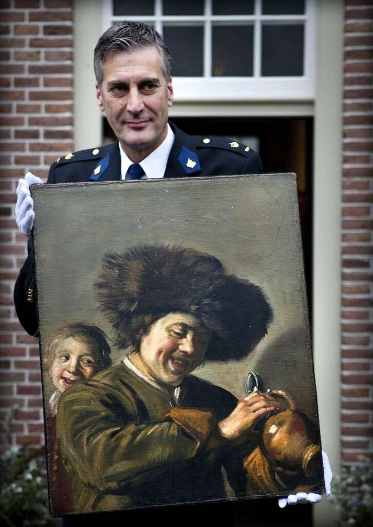 """Le 3 novembre 2011, le chef du district d'Alblasserwaard montre le tableau """"Deux jeunes garçons riants"""" de Frans Hals, venant d'être retrouvé."""
