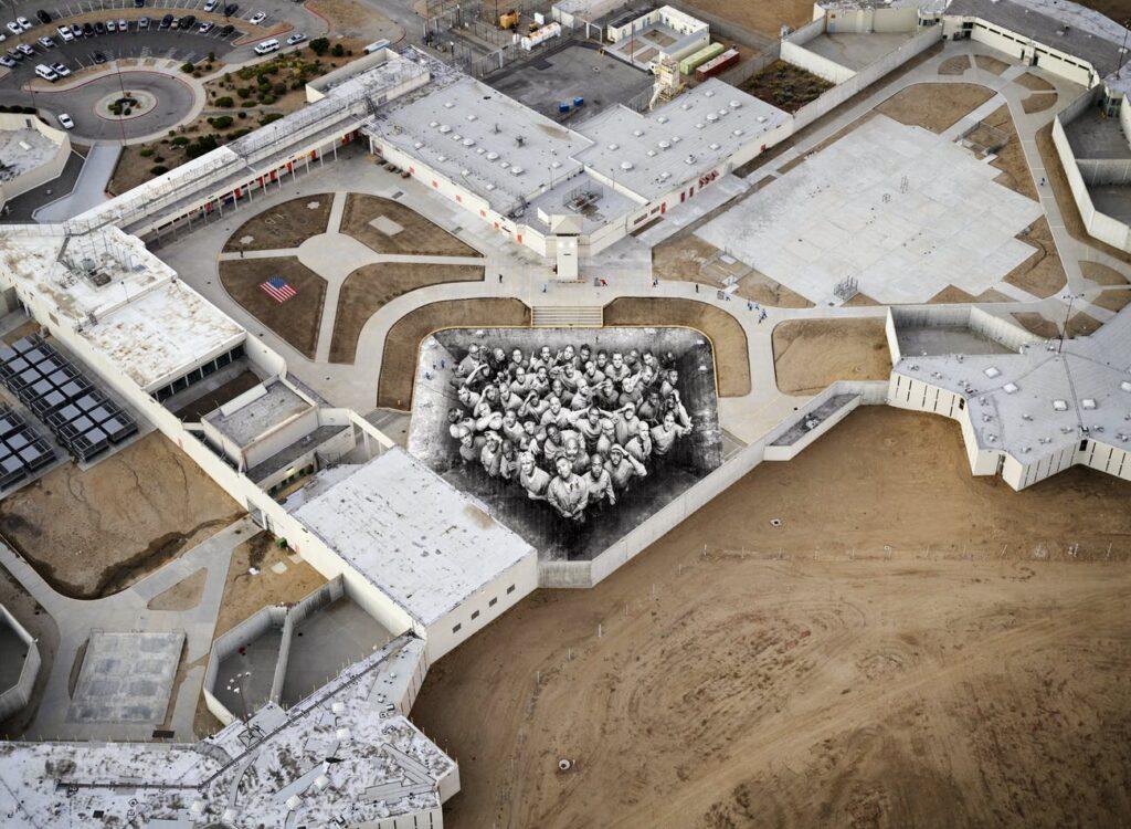 Vue aérienne de la fresque de JR à la prison de Tehachapi