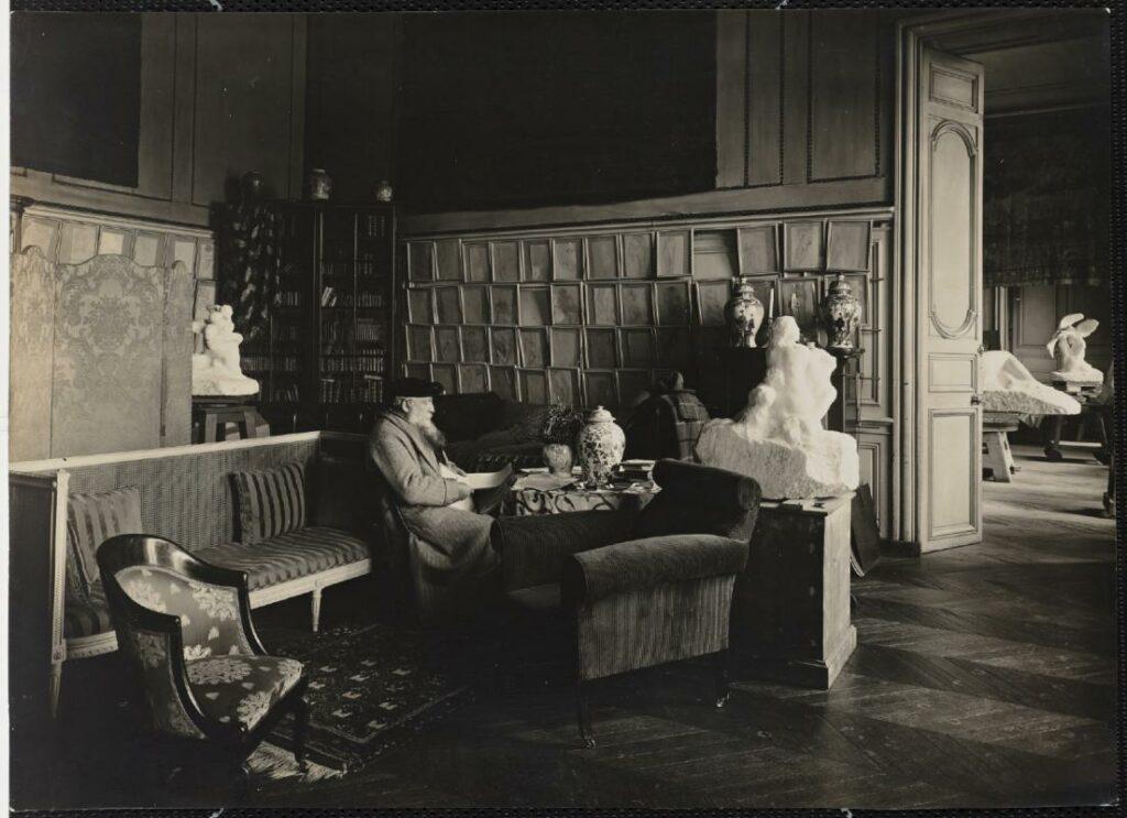 Rodin consultant ses papiers dans l'hôtel Biron