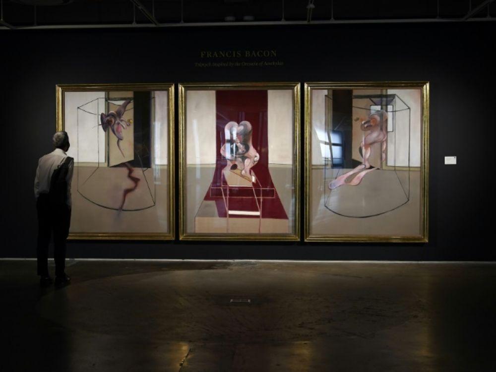 Le triptique de Francis Bacon lors de sa présentation par Sotheby's à New-York le 23 juin 2020 vendu 84,6 M$
