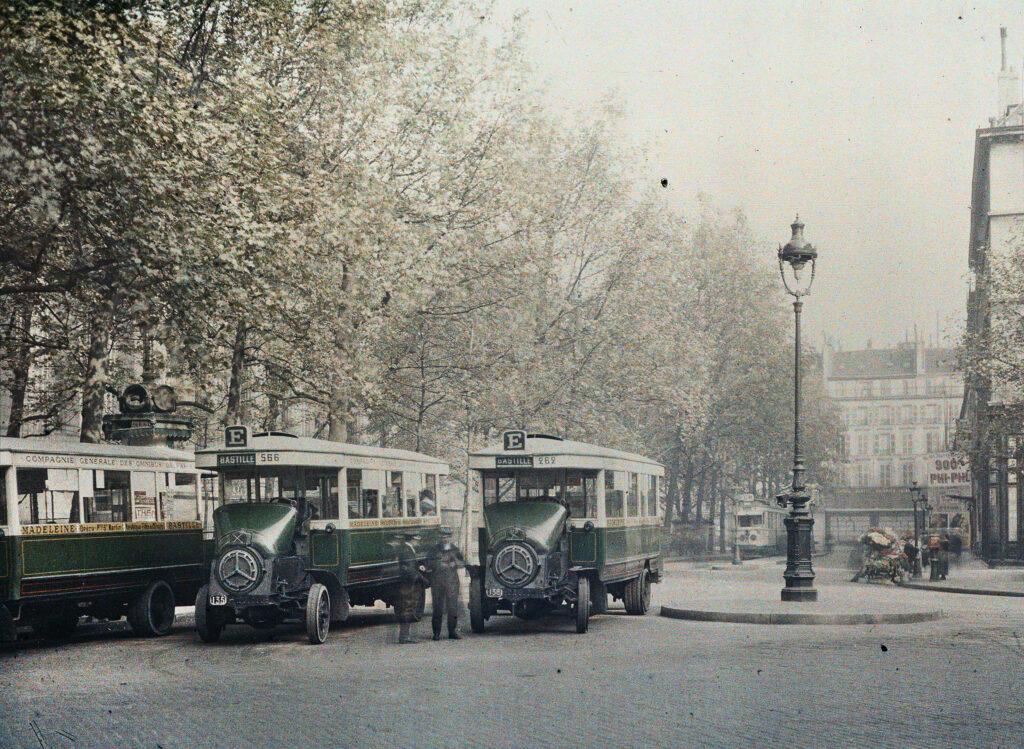 Frédéric Gadmer,Paris 8e, place de la Madeleine,station d'autobus de la Compagnie générale des omnibus