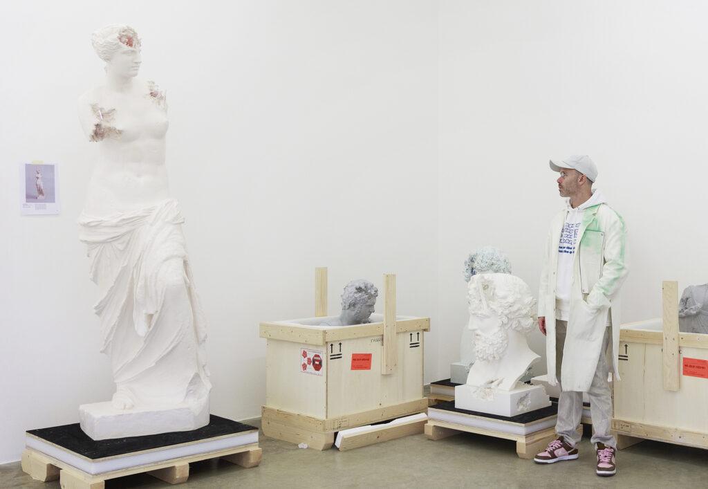 Portrait de Daniel Arsham dans son studio