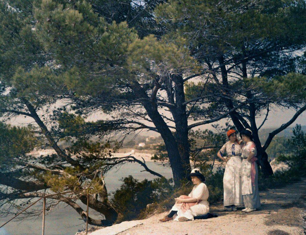 Suzanne, Madeleine et Andrée : les cousines Lumière au Golfe des Lecques vers La Ciotat en 1910