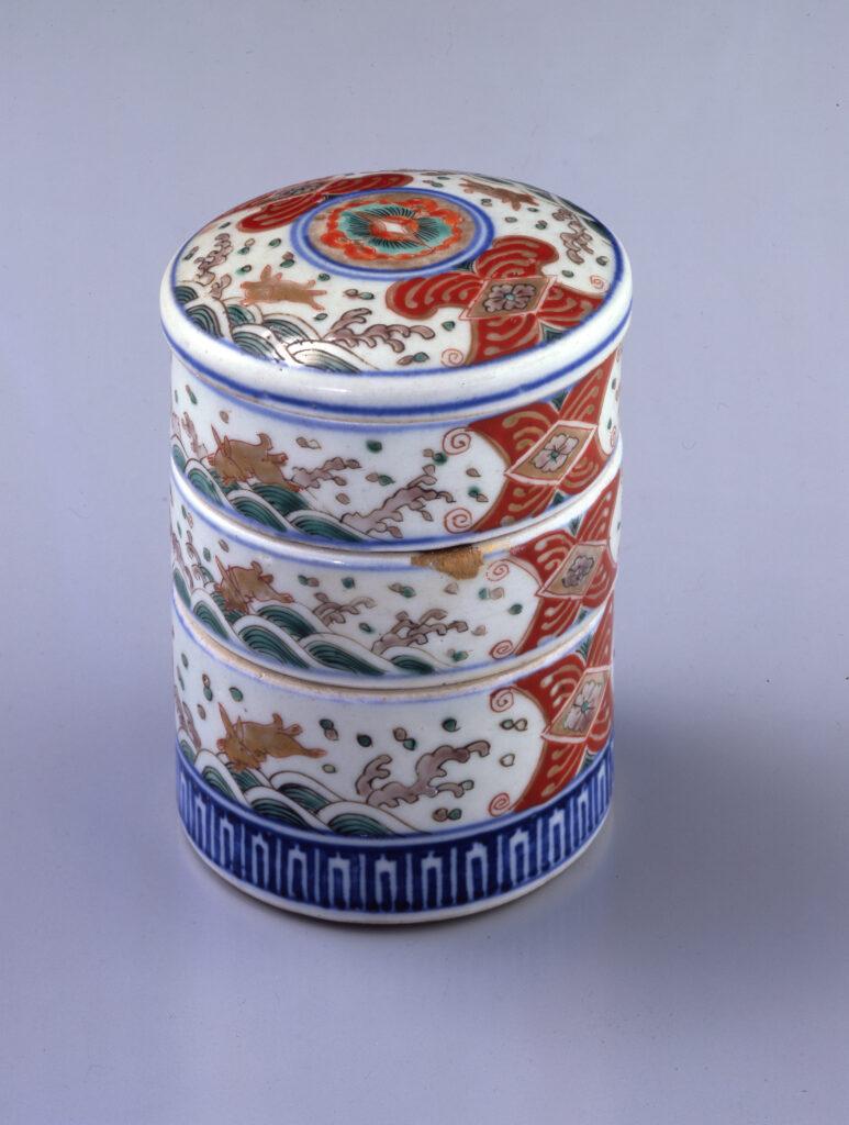 Boîte à poudre blanche à motifs de lièvre et vagues, fin de l'époque Edo