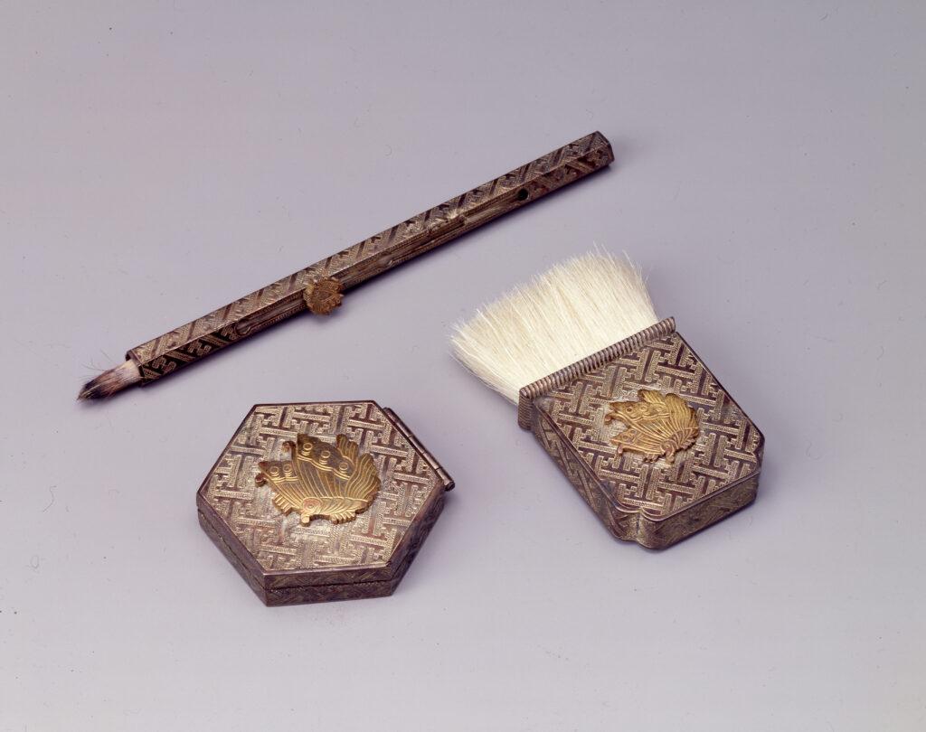 Palette à rouge hexagonale en argent ornée d'un papillon, pinceau, brosse, fin de l'époque Edo - ère Meij