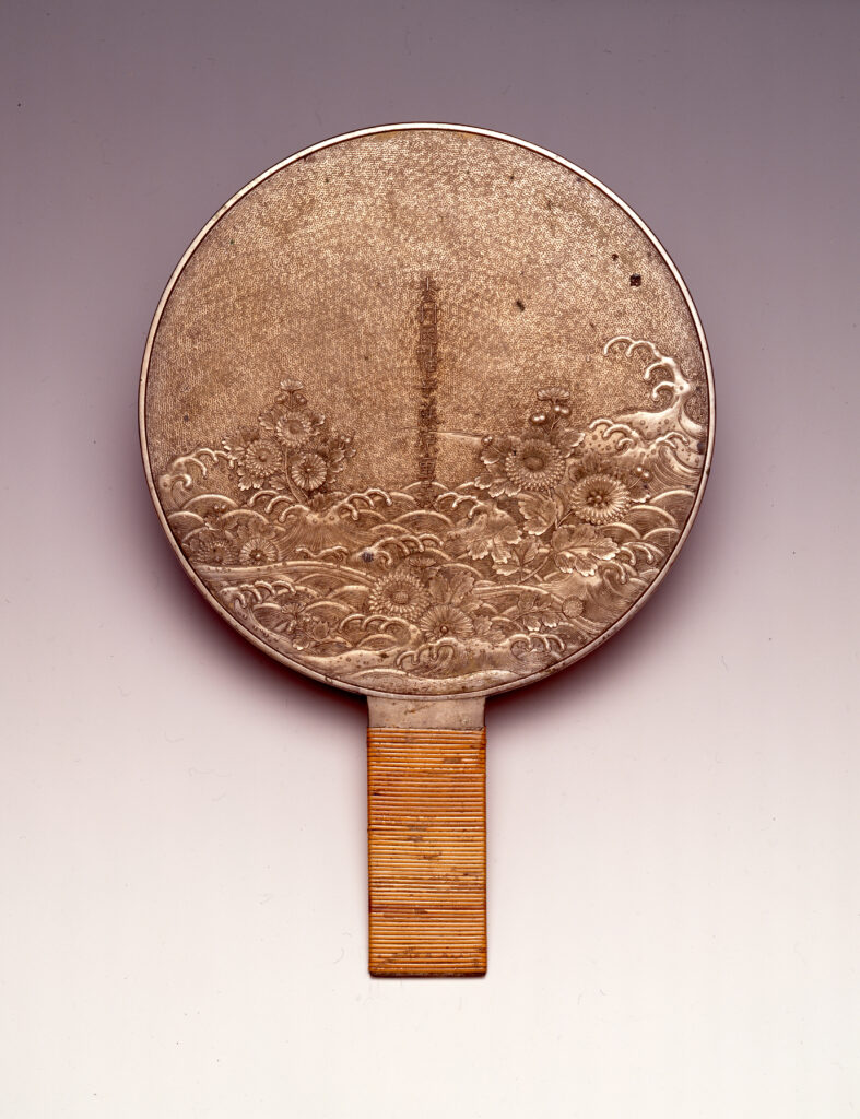 Miroir orné de chrysanthèmes et de vagues, seconde moitié de l'époque Edo