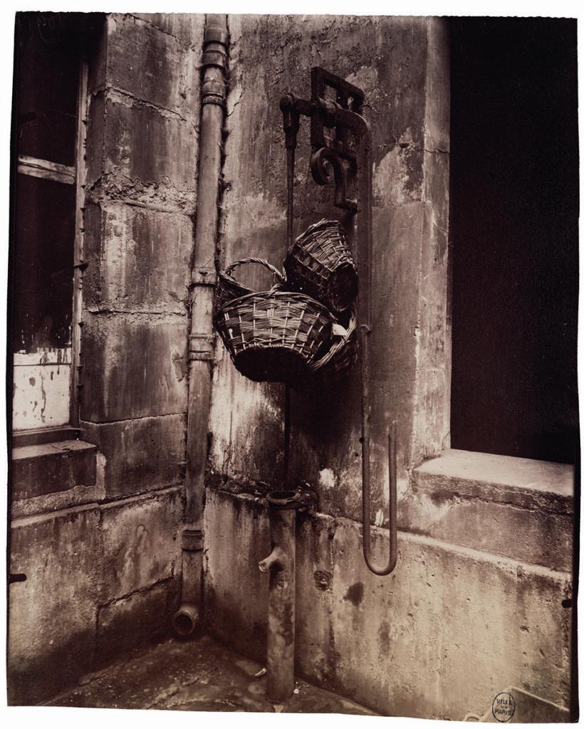 Eugène Atget, Fontaine du passage des Singes, 6, rue des Guillemites, IVe, 1911