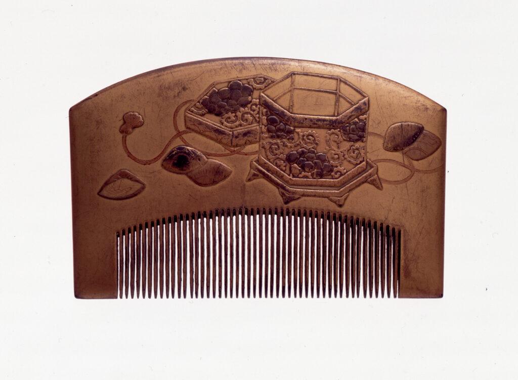 Peigne en bois laqué à motif de boîte à coquillages, fin de l'époque Edo