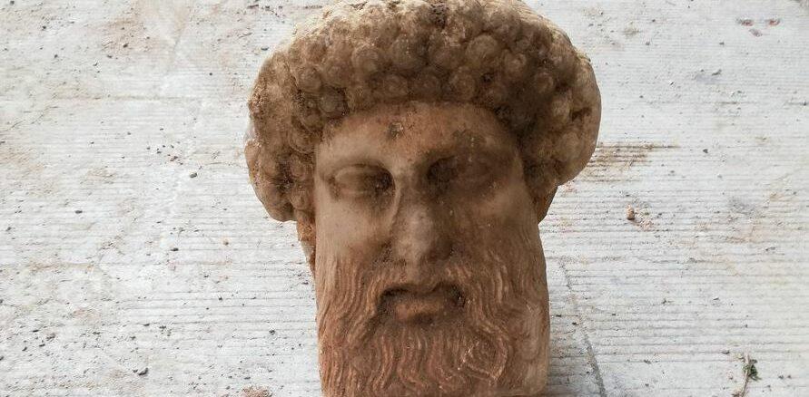 La tête en marbre d'Hermès