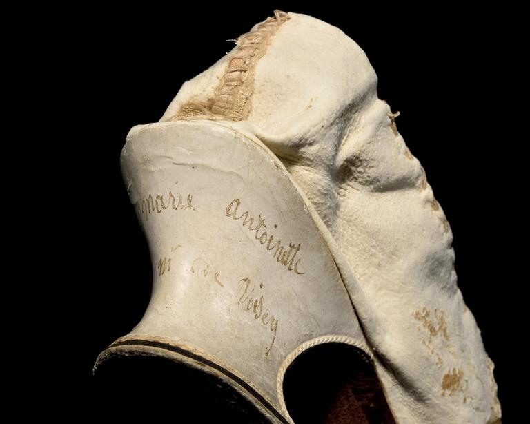 Sur le talon du soulier est inscrit le nom de la Reine Marie-Antoinette