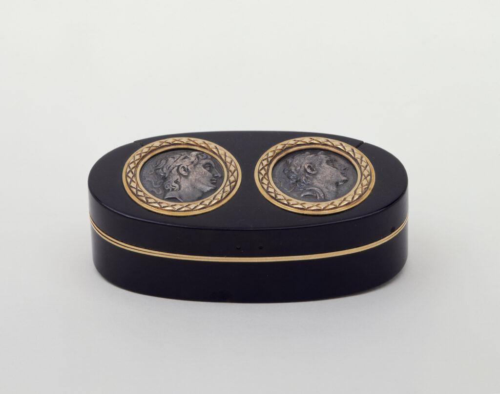 Martin Guillaume Biennais, Tabatière ovale ornée des médailles de Démétrius Ier Poliorcète et Antiochus III le Grand