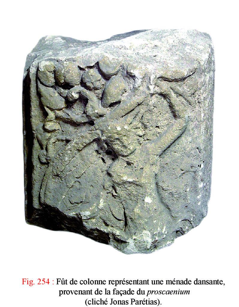 Fût de colonne représentant une ménade dansante provenant de la façade du proscaenium du théâtre