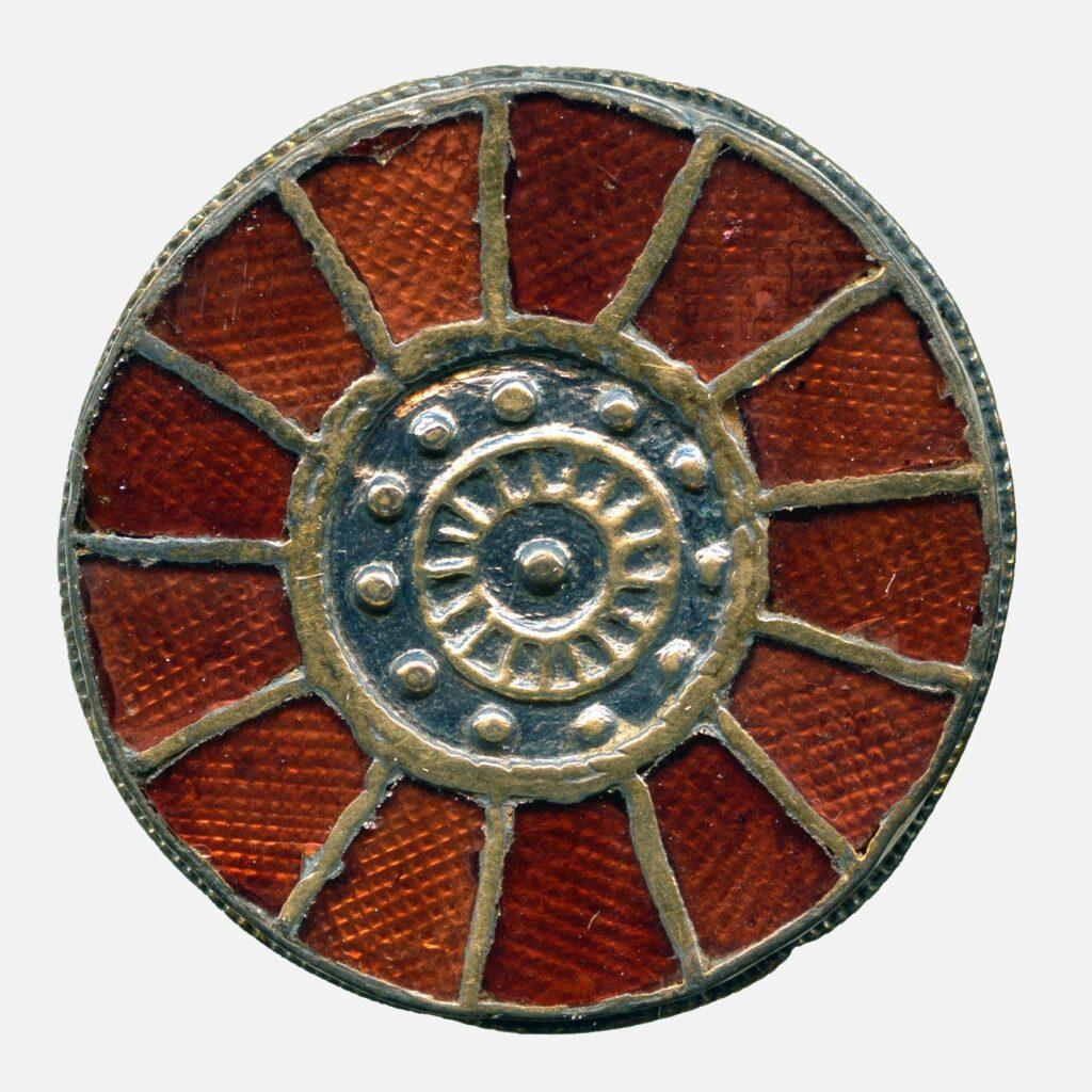 Fibule discoïde cloisonnée sertie de grenats ; argent, argent doré, grenat, milieu du VIe s., Trivières