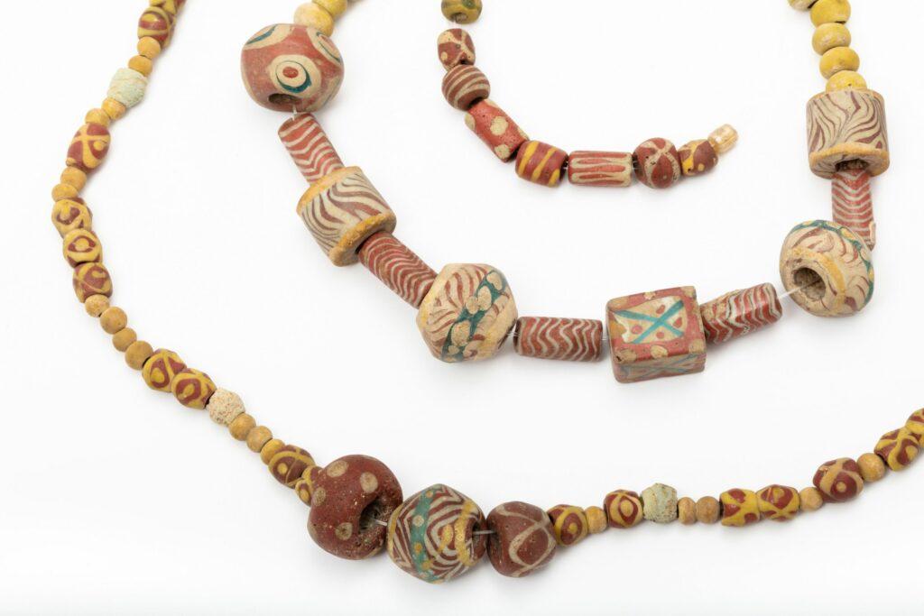 Colliers ; ambre, verre et matière osseuse, Ciply