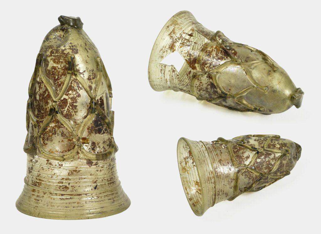 Gobelet décoré de fils de verre ; verre, Ciply, tombe 709, VIe s.