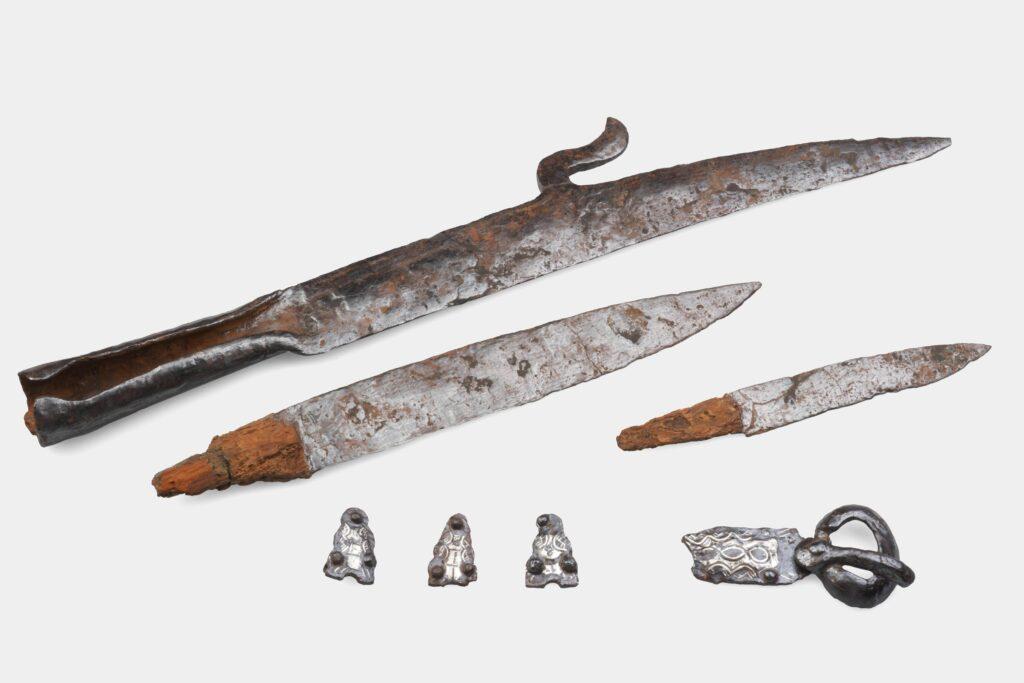 Mobilier d'une tombe masculine, fauchard, scramasaxe, couteau, ensemble de ceinture damasquiné, Haillot « Matagne », tombe 41, ca 630-670