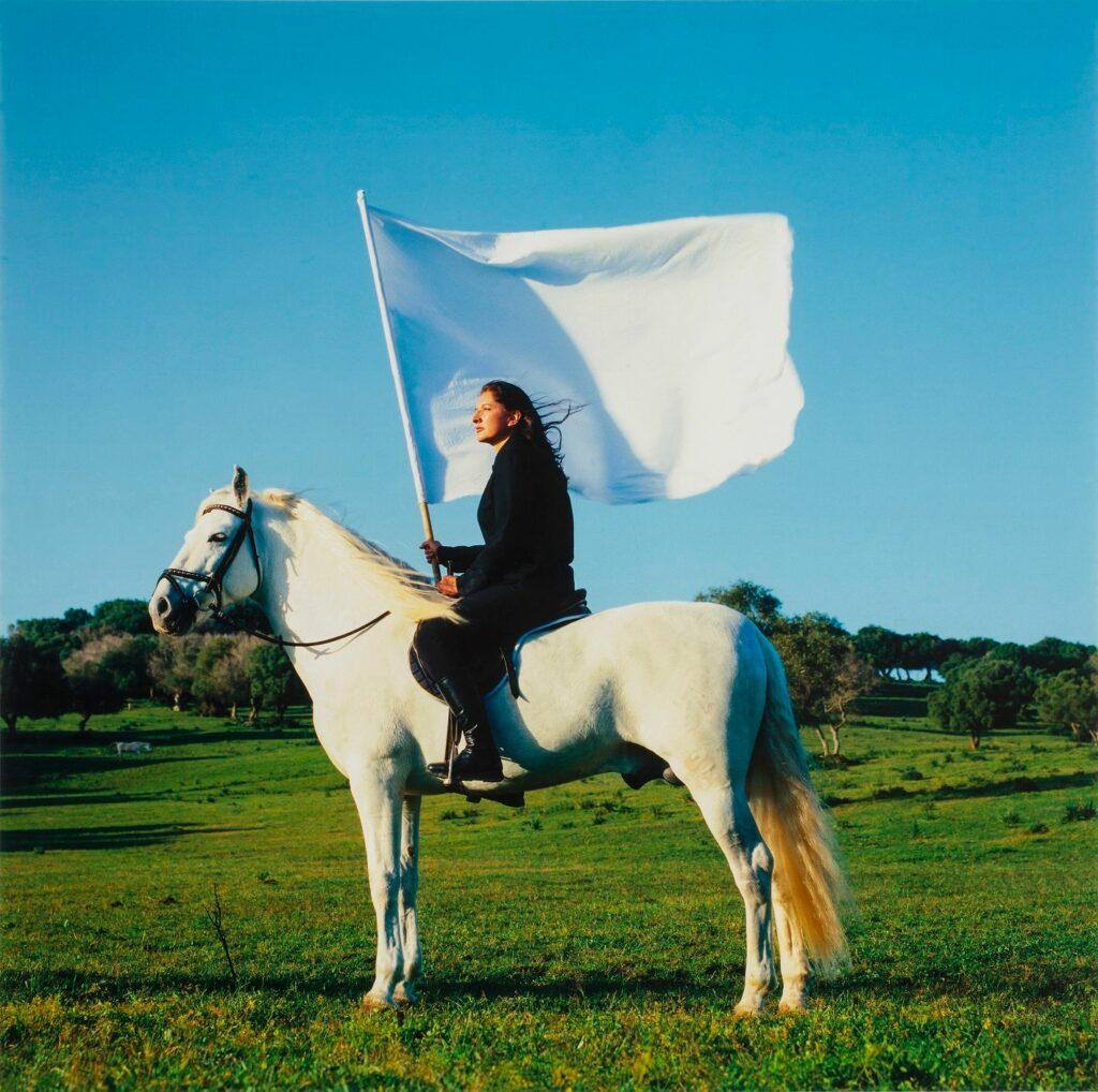 Marina Abramovic, Extrait de l'oeuvre The Hero, 2011