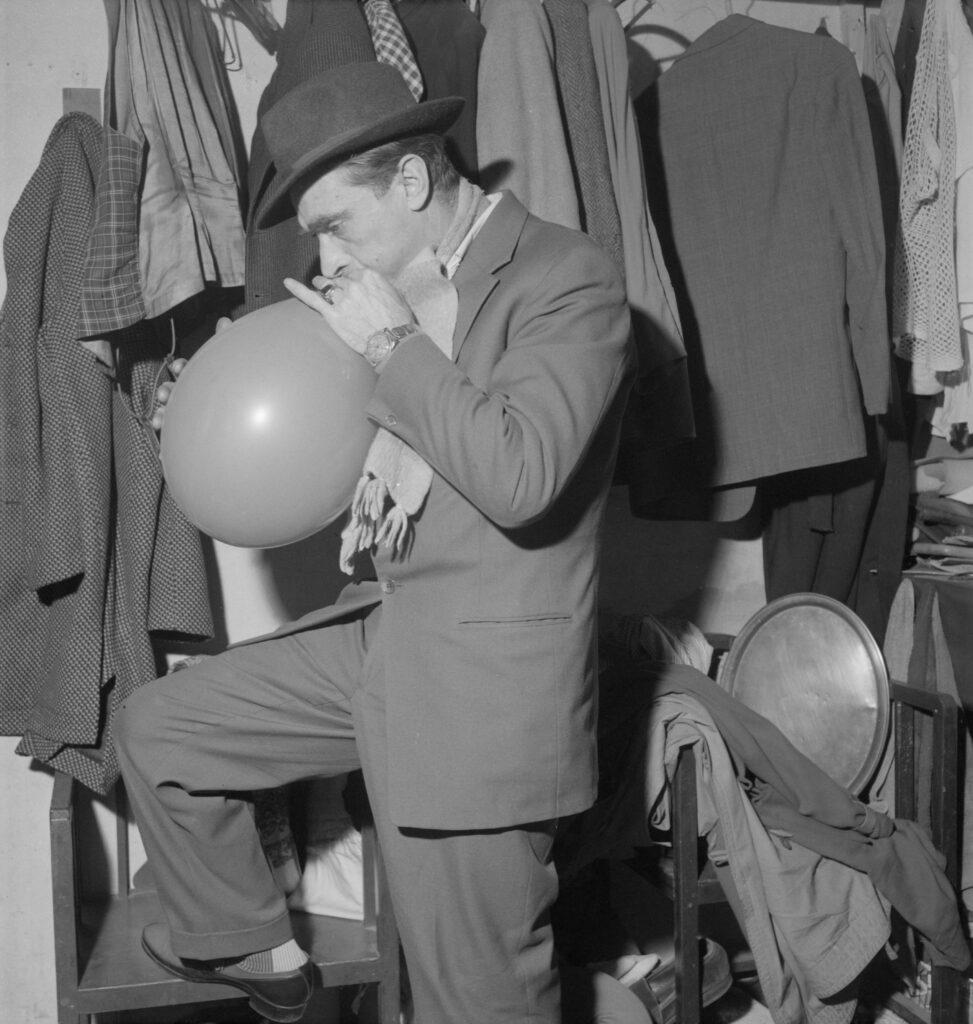 Pierre Soulier. Le clown Mimile dans sa loge du cirque d'Hiver, 19 janvier 1960.