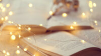 livres-hiver-lecture-agreable-hiver-livre-pages-macro-brillant-guirlande-flou-humeur-confortable-hiver_118689-598