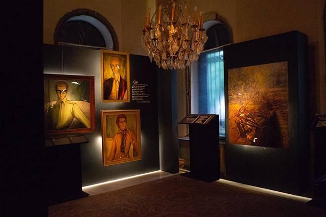 Accrochage de tableaux endommagés, portraits réalisés par Cici Sursock