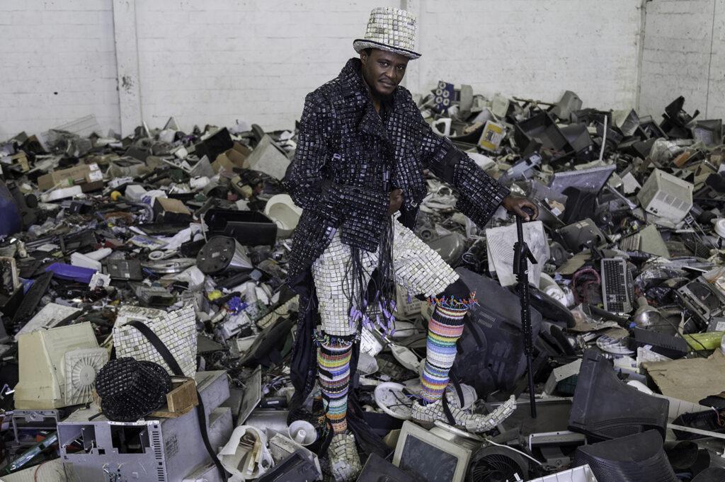 «Le Maurice Mbikayi, Le Techno dandy, performance photographiée par Ashley Walters