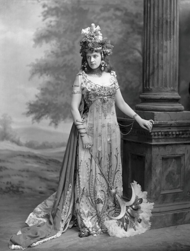 Mrs Algernon Bourke costumée en Salammbô, tableau vivant à Blenheim Palace (1897), 1897.