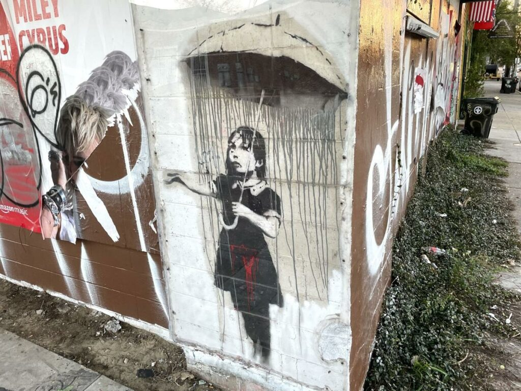 "Le graffiti ""Umbrella Girl"" vandalisé"