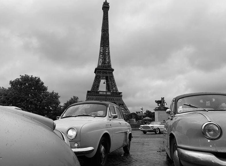Traversée de voitures anciennes dans Paris