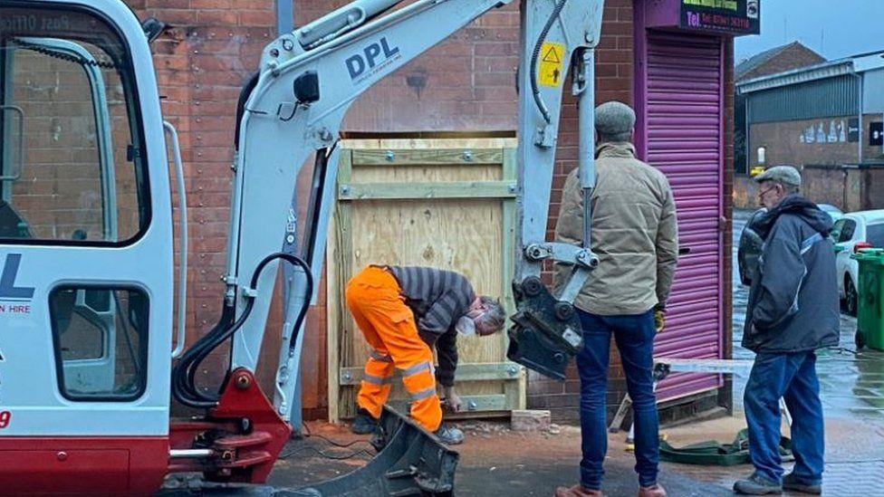 Pendant : forage du mur où se situe l'oeuvre de Banksy, mercredi 17 février 2021