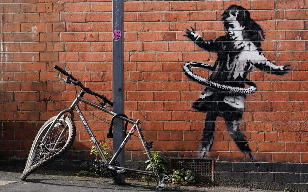 Avant : La Petite Fille au hula-hoop, Banksy, 2020