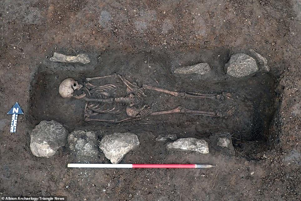 Une des tombes anglo-saxonnes exhumées sur le site de Croft Gardens