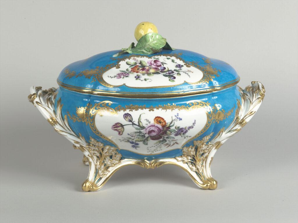 Service à fond bleu céleste de Louis XV, 1753-1755
