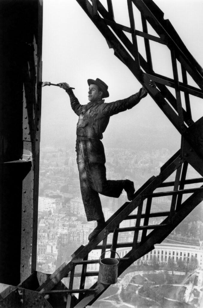 Marc Riboud, Le peintre de la tour Eiffel, Paris 1953