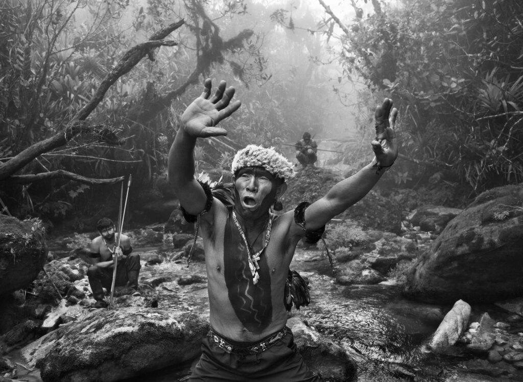 Sebastiao Salgado, Chaman Yanomami en rituel avant la montée vers le Pico da Neblina (Etat d'Amazonas, Brésil) 2014