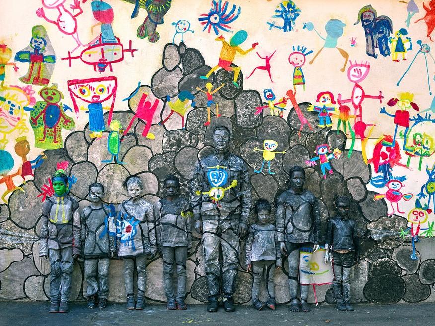 Liu Bolin et sept élèves cachés à l'école Chappe (Saint-Etienne).