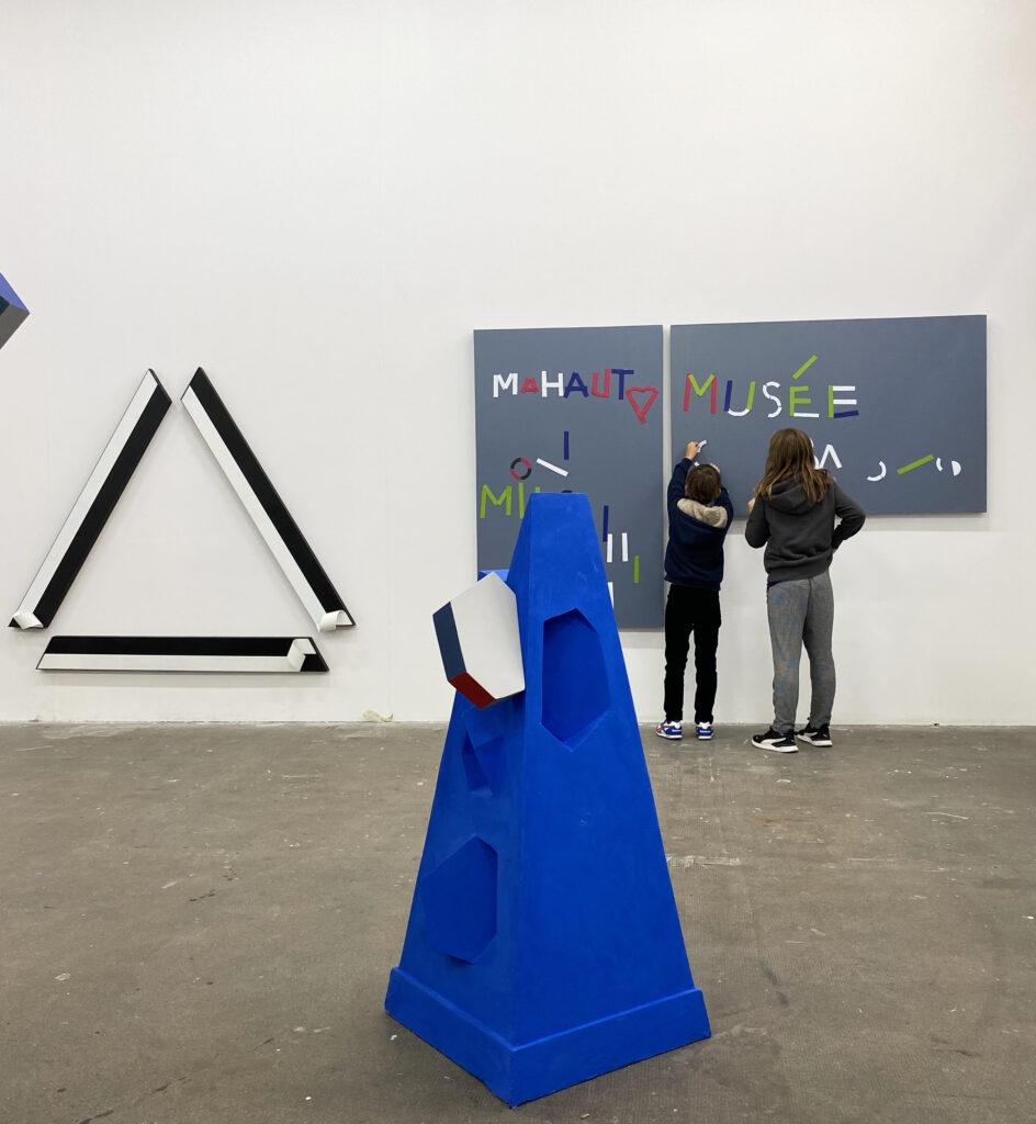 milo grand triange noir et blanc, enfants alphabet sculpture