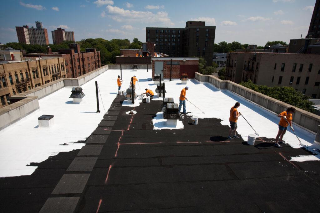 Toits d'immeubles peints en blanc par des bénévoles dans le cadre de l'initiative NYCCoolRoofs