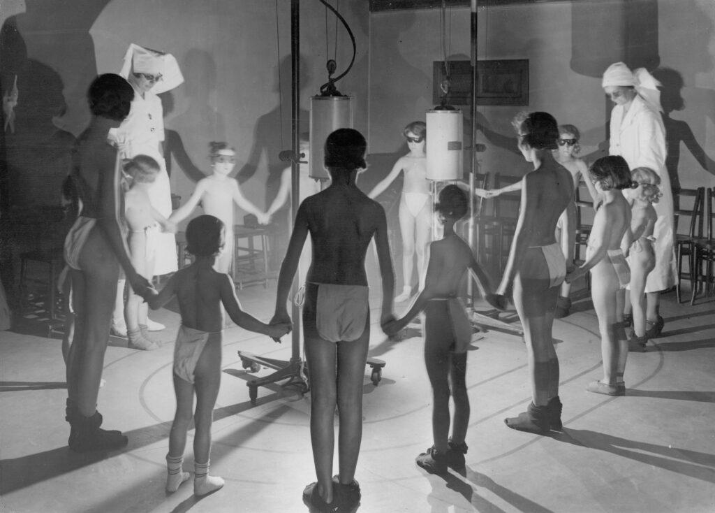 Enfants soumis aux rayons ultraviolets, 1934
