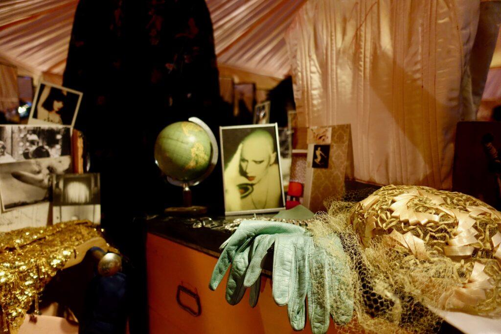 Manon, Le boudoir rose saumon, 1974-2018