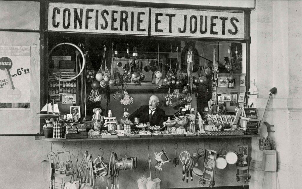Méliès devant la deuxième boutique de la gare Montparnasse, vers 1930.