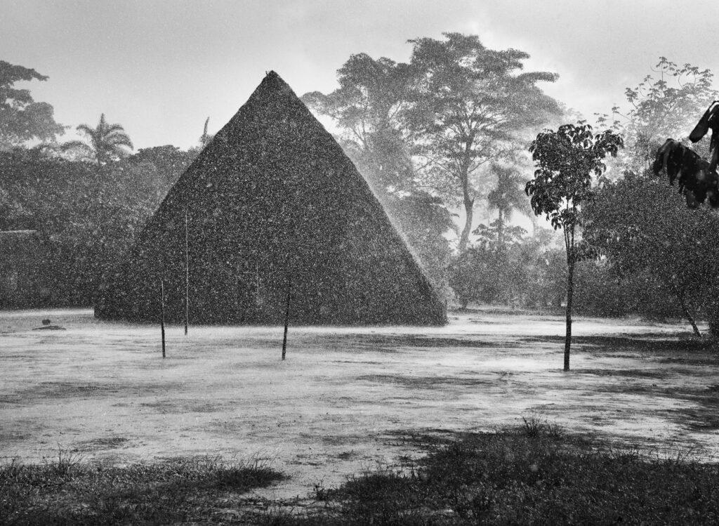 Sebastiao Salgado, Pluie intense sur le village de Mati-Këyawaia (Etat d'Amazonas, Brésil), 1998