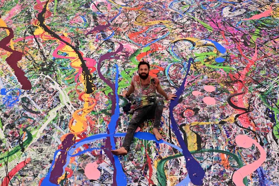 Sacha Jafri devant sa toile